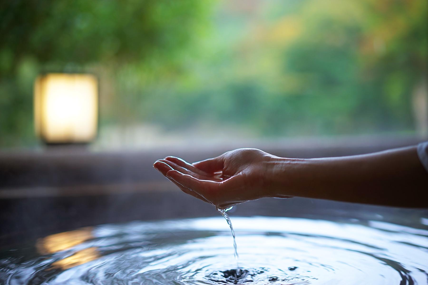 湯と手のイメージ