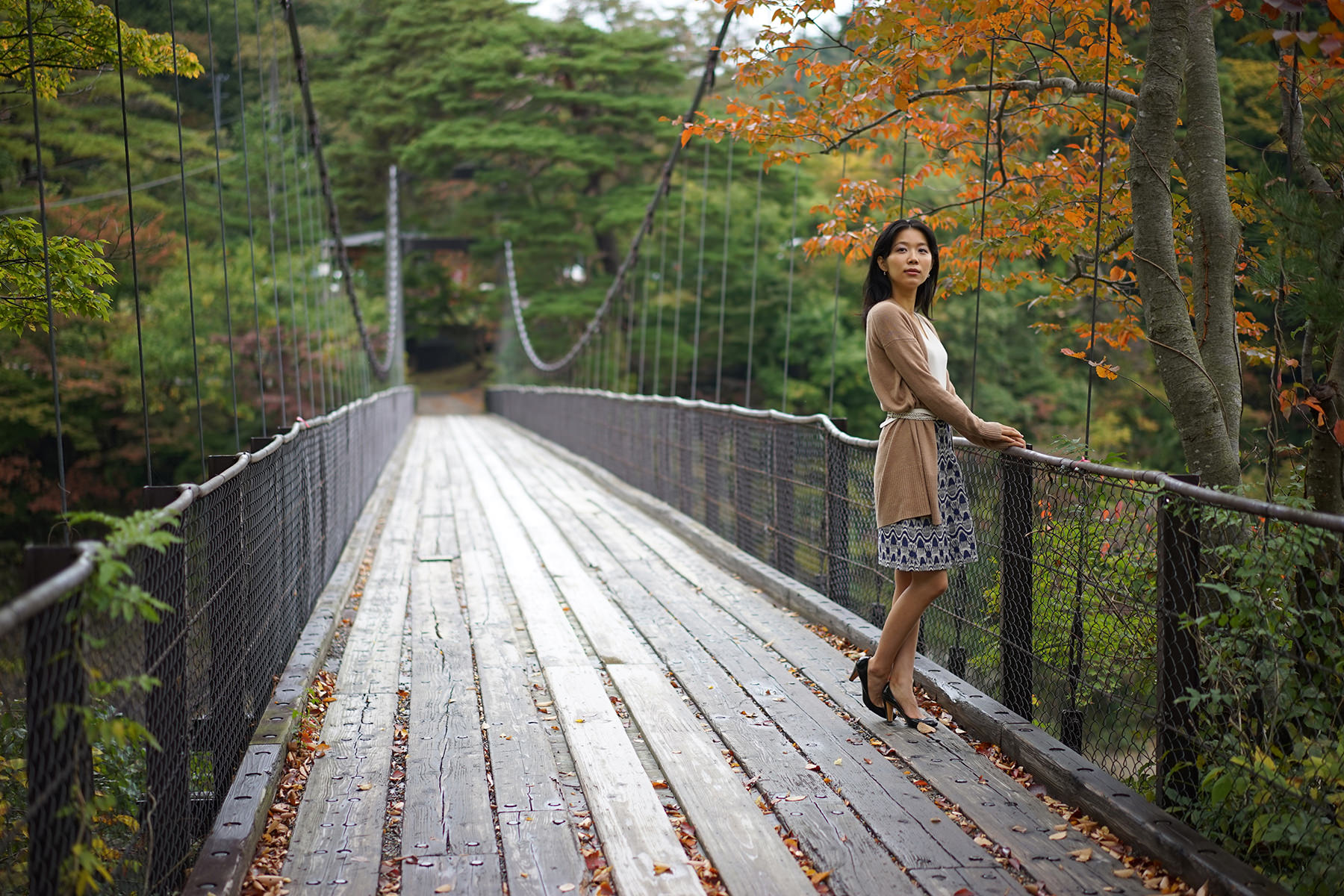秋-1 吊り橋の女性